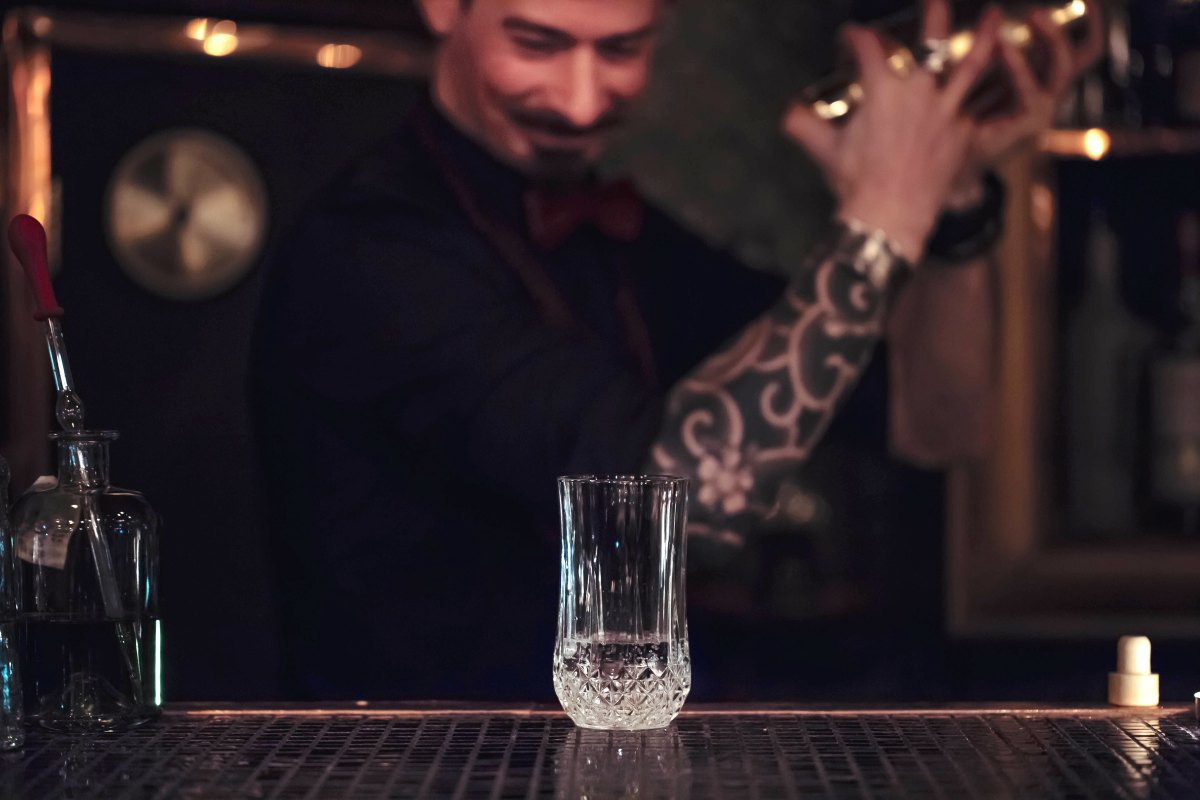 6 SIGNS YOUR BARTENDER IS INTO YOU